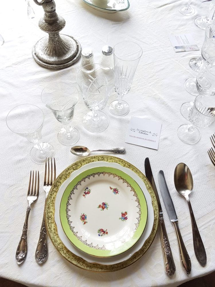Table de mariage, vaisselle vintage, idéal pour un mariage au printemps