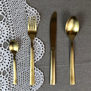 Couverts dorés disponible ne location pour votre mariage bohème ou votre événement